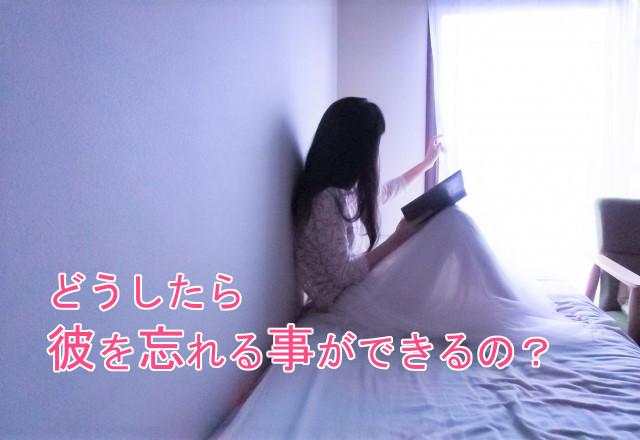 ベッドで本を読む女性