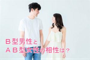 手を繋いで笑い合うカップル